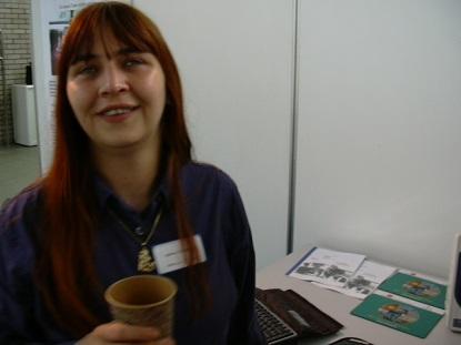 lächelnde Frau im Büro mit Kaffeetasse (Andy Steinebach)